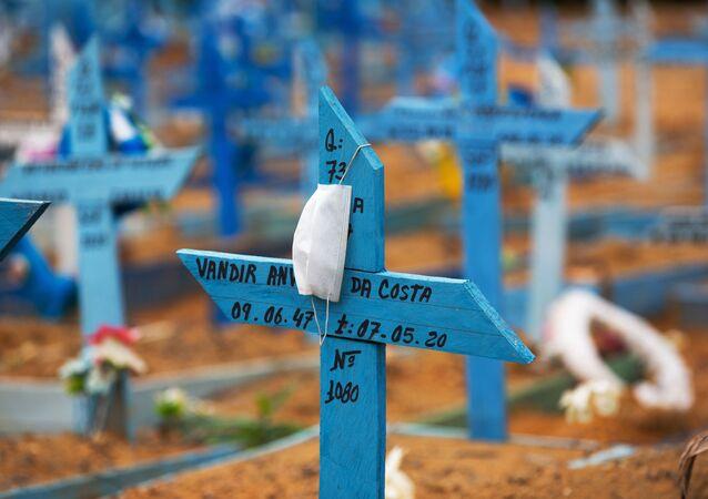 Máscara protetora pendurada em cruz no cemitério Nossa Senhora Aparecida, Manaus, 5 de janeiro de 2021