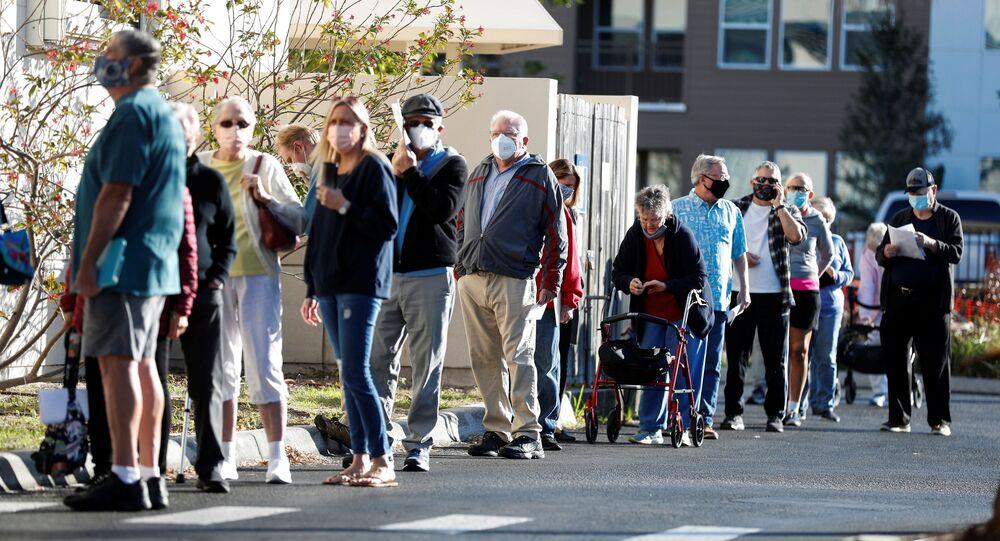 Idosos fazem fila para receber vacina contra COVID-19, em Sarasota, Flórida, EUA, 4 de janeiro de 2021
