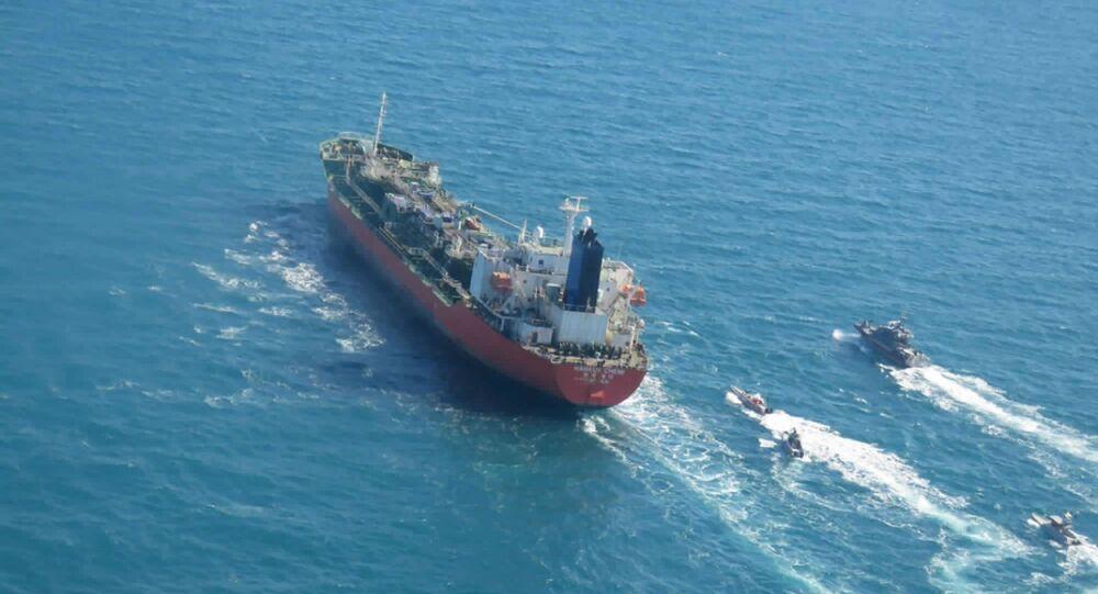 Petroleiro sul-coreano MT Hankuk Chemi sendo escoltado por embarcações do Corpo de Guardiões da Revolução Islâmica do Irã (IRGC, na sigla em inglês)