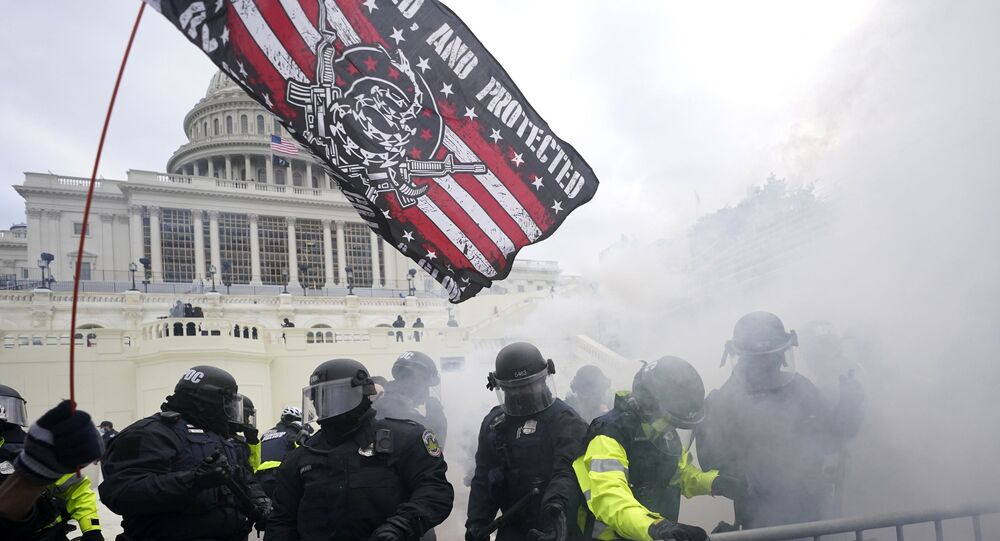 A polícia segura apoiadores de Trump que tentaram quebrar uma barreira policial, quarta-feira, 6 de janeiro de 2021, no Capitólio dos EUA em Washington.