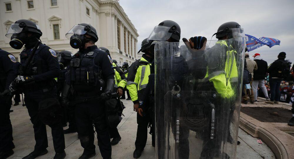 Polícia durante protestos dos apoiadores do atual presidente dos EUA Donald Trump perto do edifício do Congresso, Washington, EUA