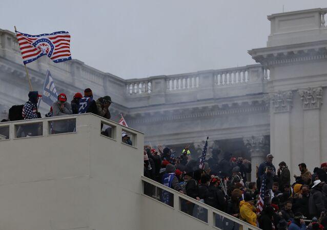 Participantes dos protestos de apoiadores do atual presidente dos EUA Donald Trump na entrada do Capitólio, Washington, EUA