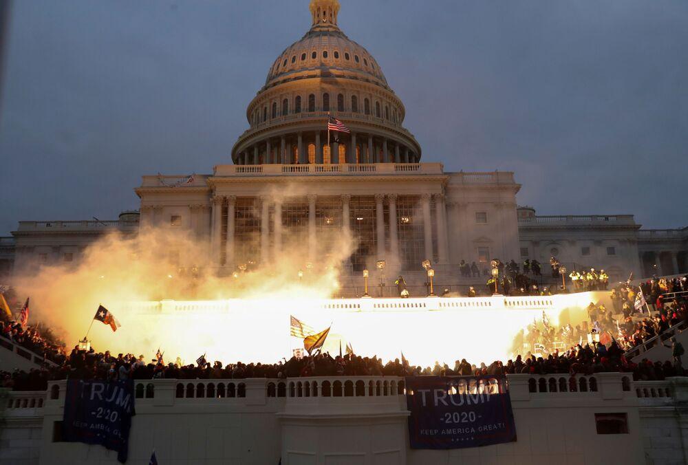 Explosão causada por uma munição da polícia enquanto apoiadores de Donald Trump se reúnem em frente ao edifício do Capitólio dos Estados Unidos em Washington, EUA, 6 de janeiro de 2021