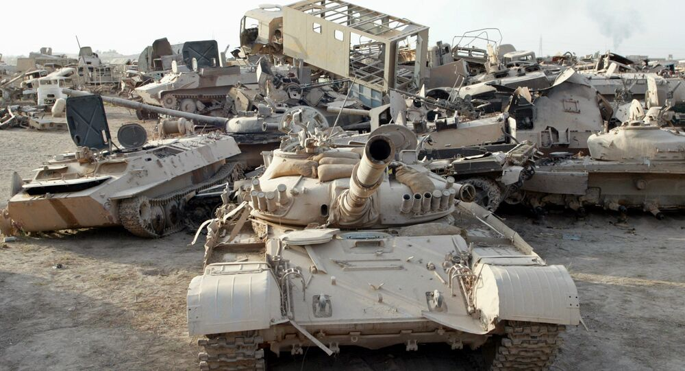 Tanques militares e veículos blindados iraquianos destruídos em um depósito de destroços nos arredores de Bagdá, Iraque, 8 de junho de 2003
