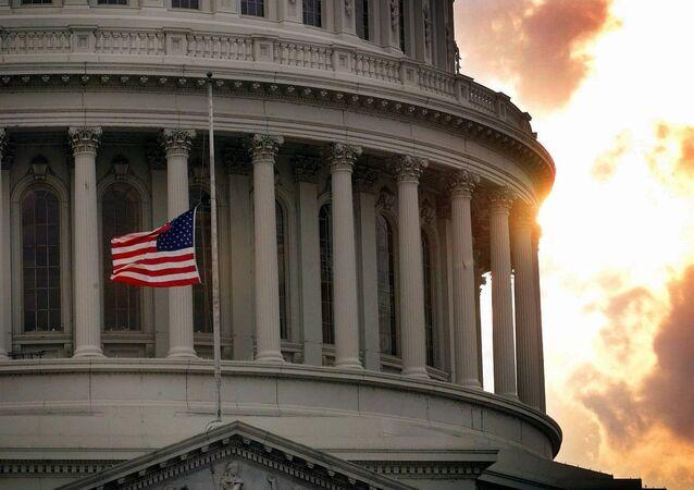 Bandeira a meio pau em 24 de julho de 1998, em homenagem a dois policiais mortos a tiros junto do Capitólio dos EUA, Washington D.C. (foto de arquivo)