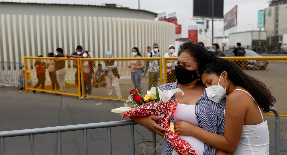 Passageiros aguardam no aeroporto internacional Jorge Chavez, em Lima, no Peru, após suspensão de voos para Europa devido ao coronavírus