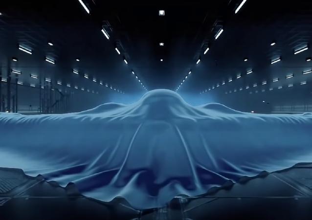 Um avião chinês coberto por um lençol