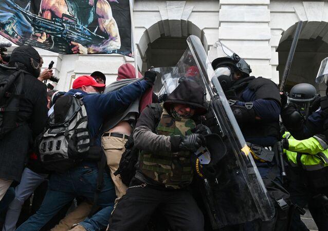 Confronto entre policiais e manifestantes em frente ao Capitólio norte-americano
