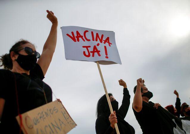 Manifestantes podem início da vacinação contra coronavírus no Brasil em frente ao Palácio do Planalto