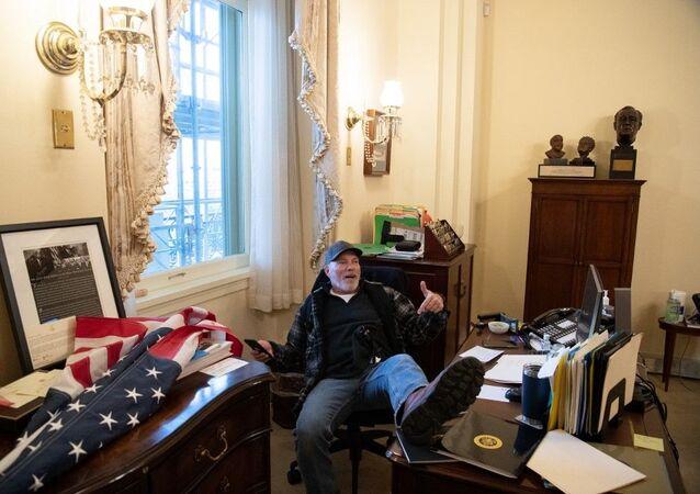 Homem é fotografado dentro do escritório da presidente da Câmara dos EUA, Nancy Pelosi, durante invasão ao Capitólio no dia 6 de janeiro de 2021.