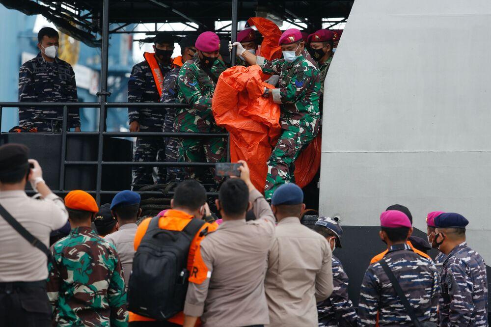 Equipe de resgate carrega o que se acredita serem destroços do avião da Sriwijaya Air