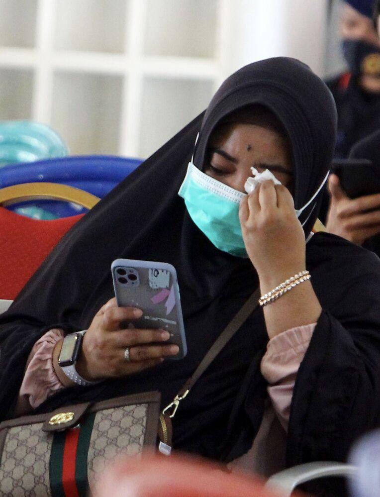 Familiares aguardam por notícias após o acidente com o avião da Sriwijaya Air