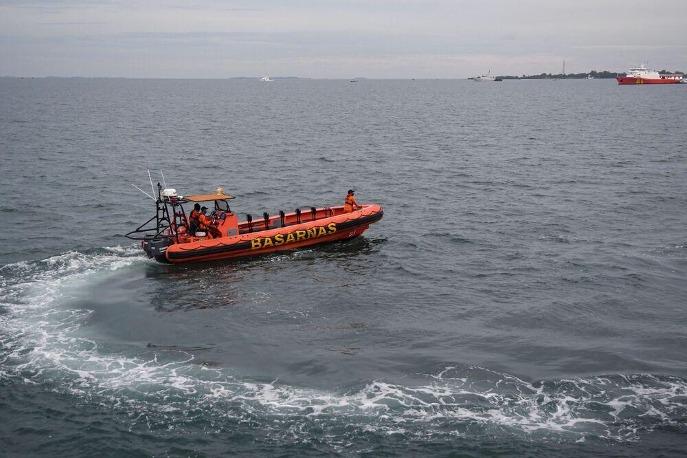Operações de busca e salvamento no local da queda do Boeing 737-500 no mar de Java