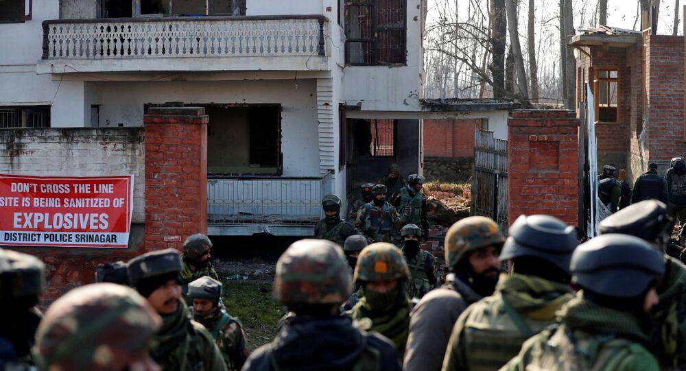 Militares indianos em Hokarsar, na periferia de Srinagar, Índia, 30 de dezembro de 2020