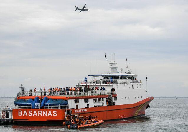 Navio indonésio de busca e resgate durante operação de busca do avião da companhia aérea Sriwijaya Air, que caiu no mar ao largo da costa de Jacarta, Indonésia, 10 de janeiro de 2021