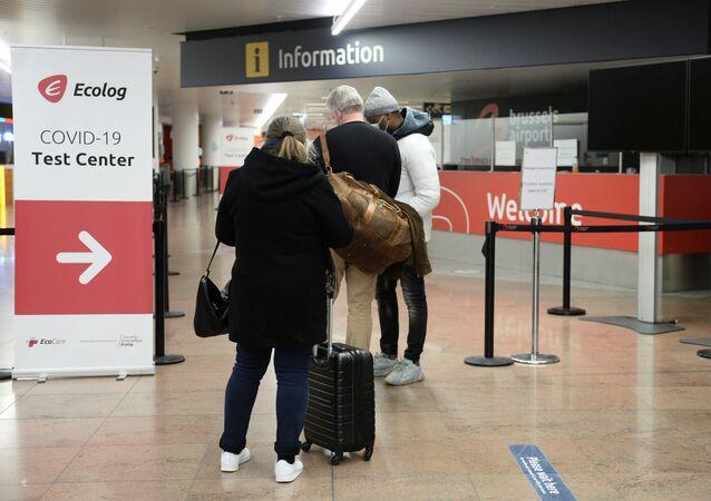 Passageiros esperam por teste do novo coronavírus no aeroporto de Bruxelas, Bélgica, 2 de janeiro de 2021