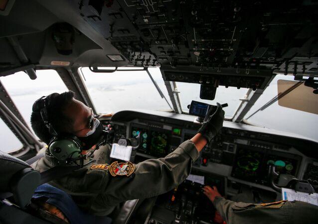 Piloto da Força Aérea da Indonésia no cockpit durante buscas do avião da companhia Sriwijaya Air, que caiu no mar, em Jacarta, Indonésia, 10 de janeiro de 2021