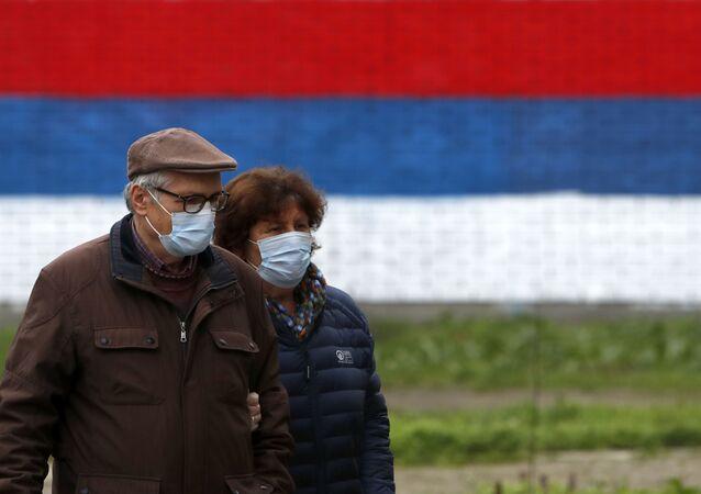 Em Belgrado, na Sérvia, um casal usa máscaras de proteção em meio à pandemia da COVID-19, em 9 de janeiro de 2021