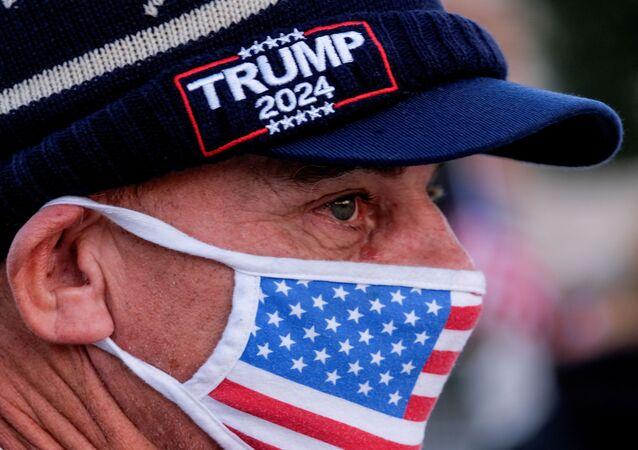 Apoiador do presidente dos EUA, Donald Trump, durante manifestação em Beverly Hills, California, 9 de janeiro de 2021