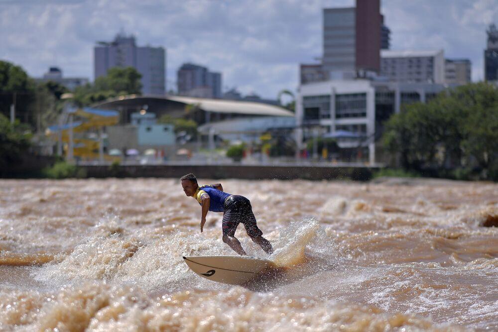 Surfista Paulo Guido aproveita ondas do rio Doce durante estação de chuvas em Minas Gerais