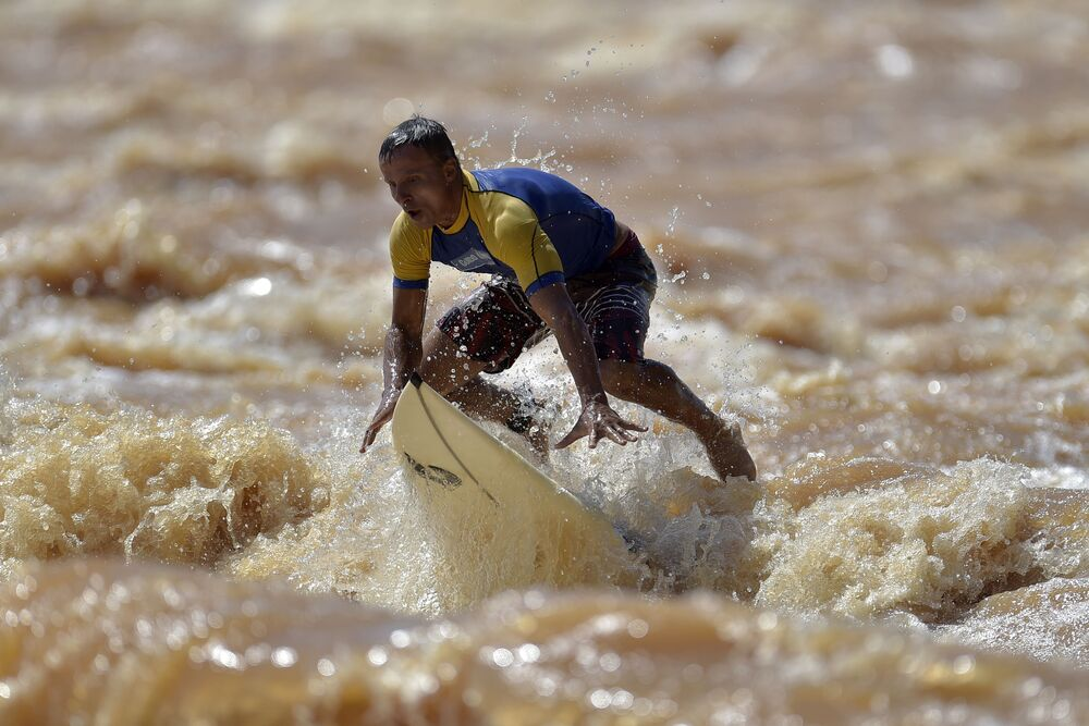 Surfista brasileiro Paulo Guido surfando no rio Doce no município de Governador Valadares