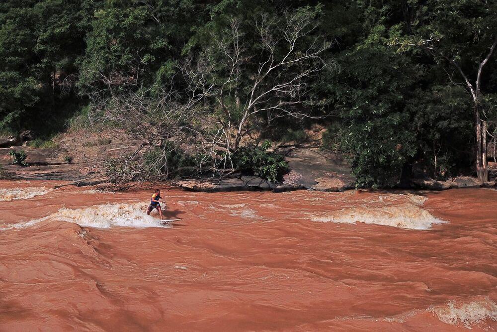 Imagem mostra ondas provocadas por estação de chuvas em Minas Gerais