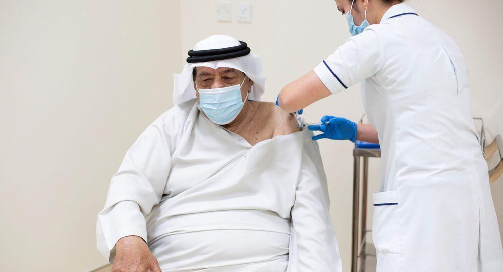 Homem recebe vacina contra a COVID-19 nos Emirados Árabes Unidos (imagem referencial)
