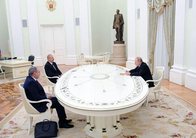 A reunião trilateral entre o presidente da Rússia, Vladimir Putin, o presidente do Azerbaijão, Ilham Aliev, e o primeiro-ministro da Armênia, Nikol Pashinyan, no dia 11 de janeiro de 2021.