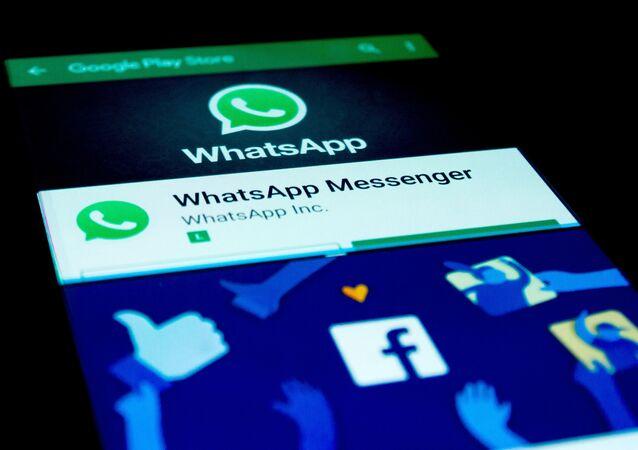 Celular com acesso ao  Whatsapp e Facebook