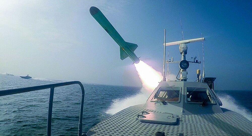 Embarcação do Corpo de Guardiães da Revolução Islâmica dispara míssil durante exercícios militares