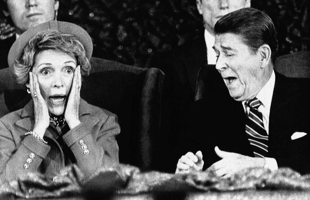 Presidente Ronald Reagan com sua esposa Nancy depois de a senhora Reagan ter esquecido de apresentar o presidente durante seu discurso no Capital Center em Landover, estado de Maryland, Estados Unidos, 21 de janeiro de 1985