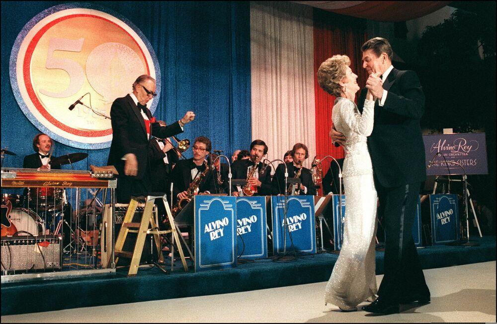 Presidente dos EUA Ronald Reagan dança com sua esposa Nancy durante a celebração da reeleição de Reagan para um segundo mandato no cargo, em Washington, EUA, 21 de janeiro de 1985