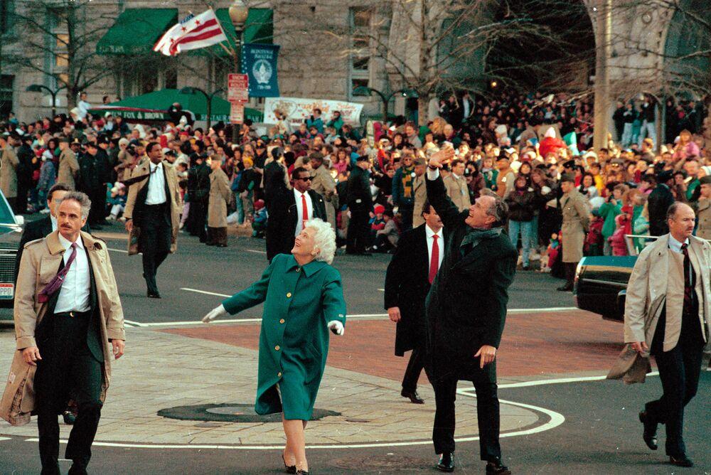 Presidente George Bush e sua mulher Barbara Bush cumprimentam o público durante desfile de posse em Washington, EUA, 20 de janeiro de 1989. Antes, Bush prestou juramento como 41º presidente dos Estados Unidos