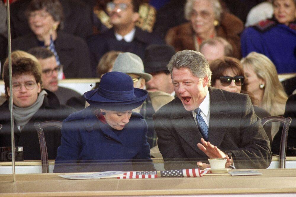 Presidente Bill Clinton e primeira-dama Hillary Clinton assistem ao desfile de posse em Washington, EUA, 20 de janeiro de 1993
