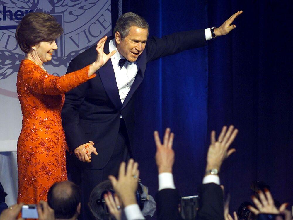Presidente dos EUA George W. Bush e sua esposa e primeira-dama Laura cumprimentam apoiadores durante o Baile Inaugural em Marriott Wardman em Washington, EUA, 20 de janeiro de 2001. Bush participou de nove bailes após sua posse como 43º presidente dos Estados Unidos