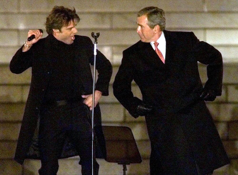 Presidente eleito George Bush dança com o cantor Ricky Martin durante a Celebração de Inauguração Presidencial no Lincoln Memorial em Washington, EUA, 18 de janeiro de 2001