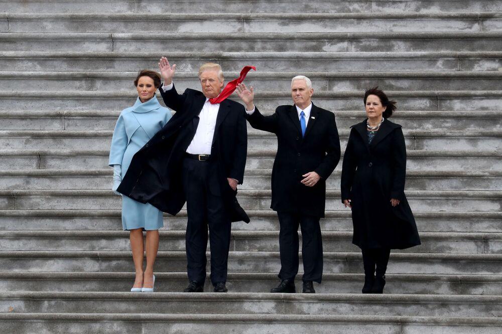 Primeira-dama Melania Trump, presidente dos EUA Donald Trump, vice-presidente Mike Pence e sua esposa Karen dizem adeus ao helicóptero do ex-presidente Barack Obama depois da cerimônia de posse de Trump no Capitólio em Washington, EUA, 20 de janeiro de 2017