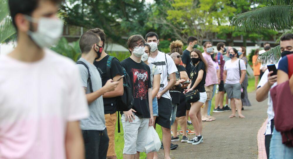 Candidatos esperam para início de prova do vestibular da Fuvest, em São Paulo, realizada no dia 11 de janeiro, uma semana antes do Enem