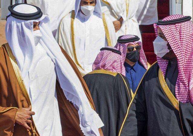 Príncipe herdeiro saudita, Mohammed bin Salman (à direita), recebe o emir do Qatar, Tamim bin Hamad Al-Thani, em aeroporto da cidade de Al-Ula, Arábia Saudita, 5 de janeiro de 2021