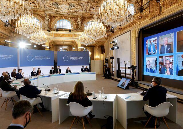 Autoridades participam da One Planet Summit (Cúpula de um Planeta) em Paris, na França.