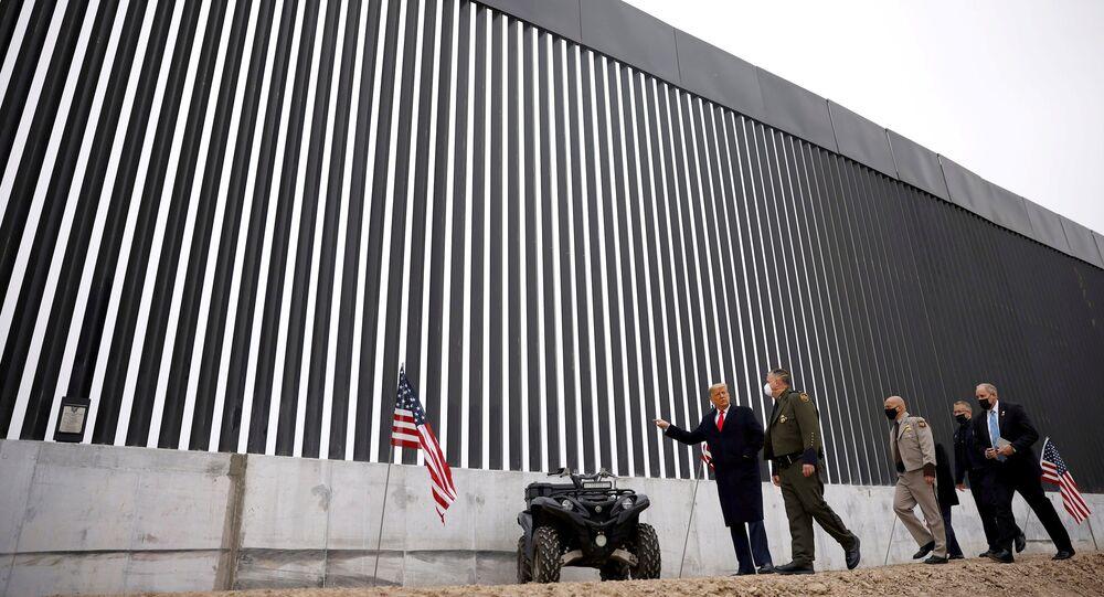 Donald Trump visita o muro que separa um trecho da divisa dos Estados Unidos com o México, em Alamo, no Texas, no dia 12 de janeiro de 2021.