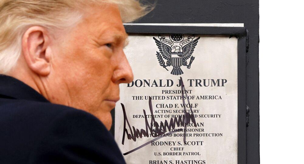 Presidente dos EUA, Donald Trump, assina placa em sua homenagem na fronteira entre os EUA e o México, em Alamo, Texas, 12 de janeiro de 2021