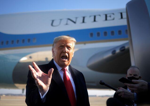 Presidente dos EUA, Donald Trump, conversa com repórteres em Washington, EUA, 12 de janeiro de 2021