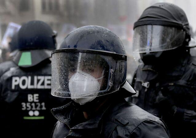 Policiais alemães durante protestos na frente do parlamento alemão, o Reichstag, em Berlim, Alemanha, 18 de novembro de 2020