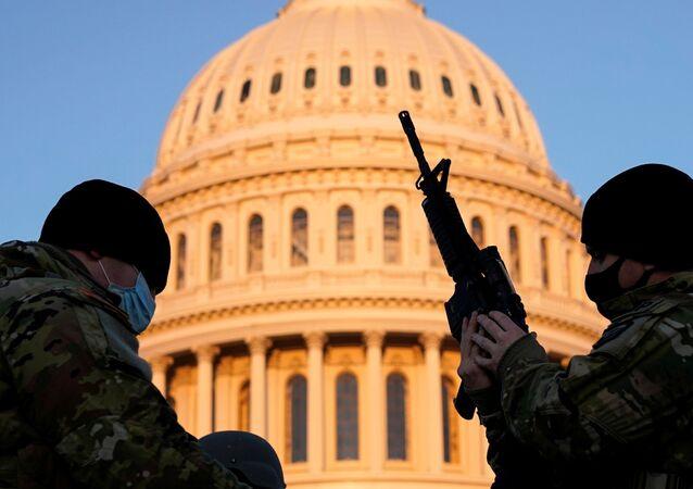 Soldados da Guarda Nacional dos EUA em frente ao Capitólio, enquanto democratas discutem impeachment de Trump