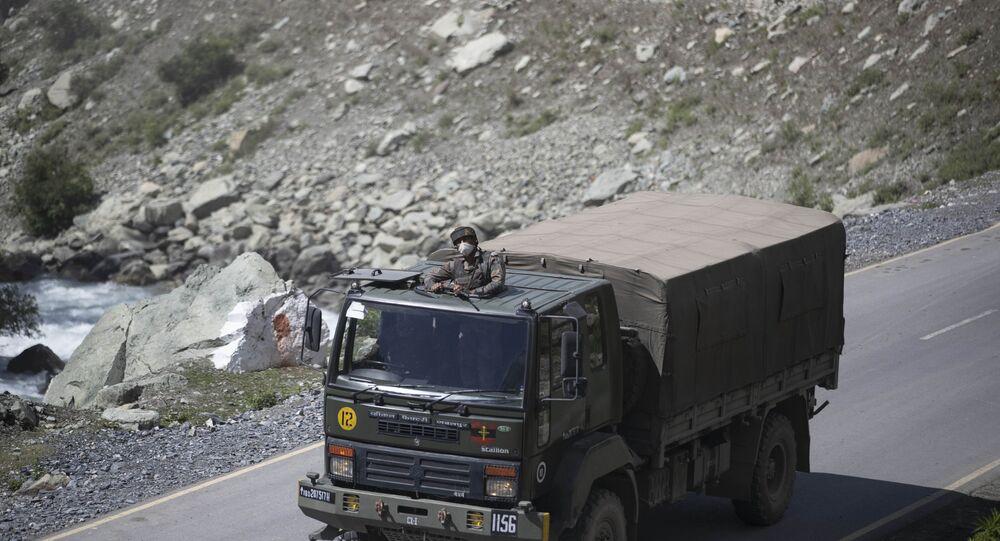 Soldado indiano em veículo militar seguindo pela estrada Srinagar-Ladakh