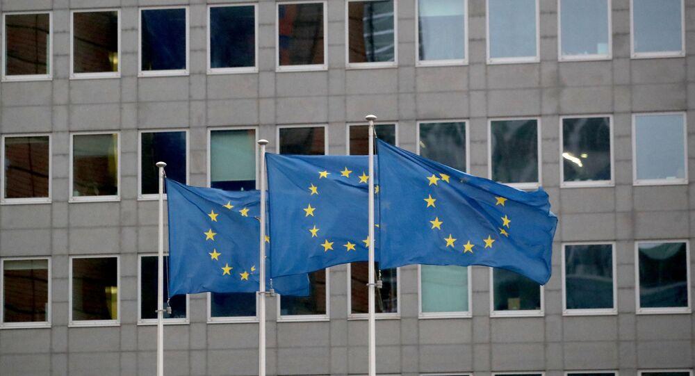 Bandeiras da União Europeia tremulam em frente à sede da Comissão Europeia, em Bruxelas, Bélgica