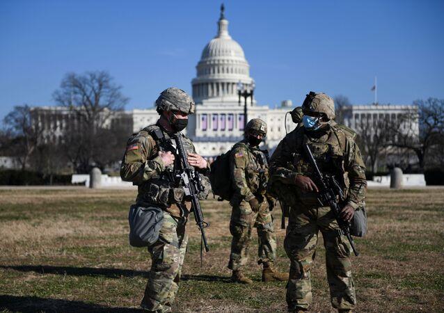 Membros da Guarda Nacional fazem a segurança ao redor do Capitólio durante processo de impeachment de Donald Trump, em Washington, no dia 13 de janeiro de 2021..