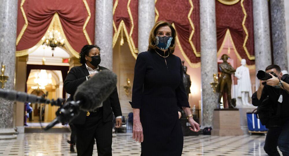 A presidente da Câmara dos Representantes dos EUA, Nancy Pelosi, chega ao Capitólio para a sessão de votação de impeachment contra Donald Trump. Foto tirada em Washington, no dia 13 de janeiro de 2021