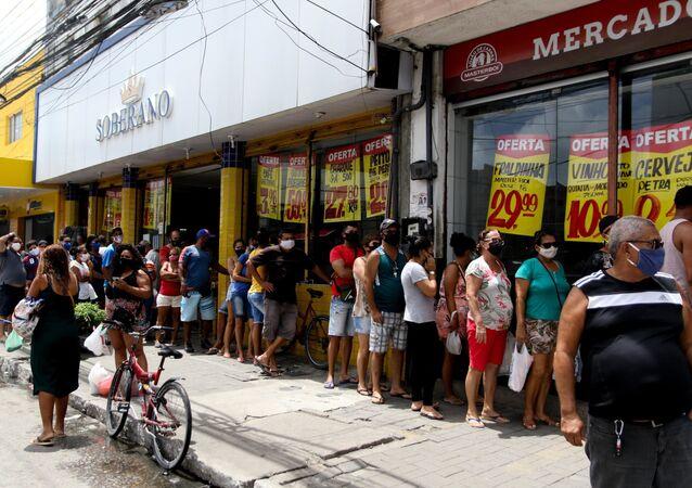 Movimentação de consumidores no mercado público de Afogados, na Zona Oeste de Recife (PE)
